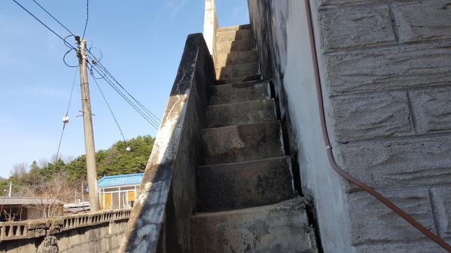 노후된 농가주택수리와 시골집개조 시골집 리모델링은 일반건물만 수리하는 사람들이 접근하기가 용이하지 않는것은 모든것에는 경험이 필요한데 경험은 건물의 단점과 시골생활의 필요한 부분이 무엇인지를 알고덤벼야 한다는것이다 워낙 오래된 건물이다 보니 구석구석 성하지 않는곳이 없다 워낙 오래된 건물이다보니 옥상으로 올라가는 콘크리트 계단은 누수로 온전한곳이 없었다