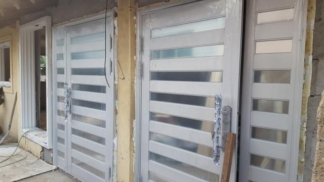시골집들은 독립된 현관문이 없어서 신발냄새나 겨울철이면 냉기가 그데로 내부로 전달이 되어 춥기만 한데 독립된 현관을 만들기 위해서 현관문도 설치가 되었습니다