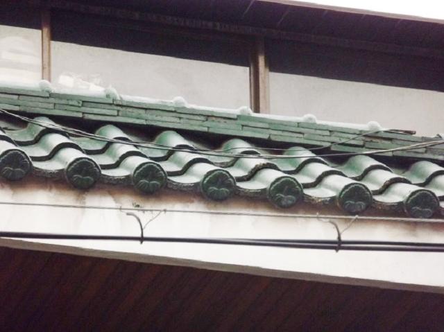 태풍 타파의 영향으로 노후 단독주택 옥상 경사지붕 기와 일부가 떨어지고 파손이 심하게 되어 철거후 아스팔트 교체작업을 해달라는 요청이 들어왔지만